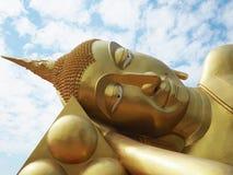 Ciérrese hasta Buda de descanso de oro en al aire libre Imagen de archivo