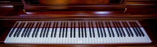 Ciérrese hasta el fondo del teclado de piano con el foco selectivo foto de archivo libre de regalías