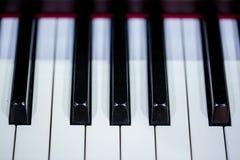 Ciérrese hasta el teclado de piano foto de archivo