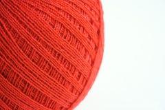 Ciérrese hasta las lanas rojas en el fondo blanco, foco delantero Imagen de archivo libre de regalías
