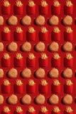 Ciérrese hasta las patatas fritas y las hamburguesas, alta caloría Junk Food, fondo fotografía de archivo libre de regalías