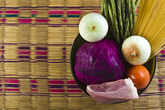 Ciérrese hasta los ingredientes frescos para cocinar en la tabla Imagen de archivo libre de regalías