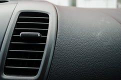 Ciérrese hasta un fan dentro de un coche moderno, tablero de cuero negro del aire acondicionado de un coche moderno imagen de archivo libre de regalías