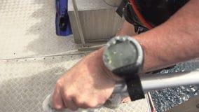 Ciérrese hasta un reloj subacuático almacen de metraje de vídeo