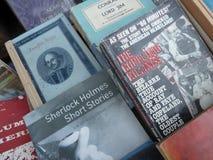 Ciérrese para arriba adentro usados y agotados de libros en la tabla del librero Imagen de archivo