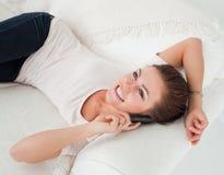 Ciérrese para arriba brunette de una llamada sonriente Fotos de archivo libres de regalías