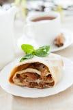 Ciérrese para arriba con la empanada y el té recientemente cocidos de manzana Fotografía de archivo