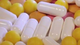 Ciérrese para arriba con las píldoras que giran almacen de video