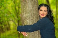 Ciérrese para arriba de árbol del abarcamiento de la mujer Fotos de archivo
