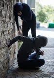 Ciérrese para arriba de adictos y de jeringuillas de la droga Fotos de archivo libres de regalías