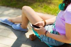 Ciérrese para arriba de adolescente con smartphone Foto de archivo libre de regalías
