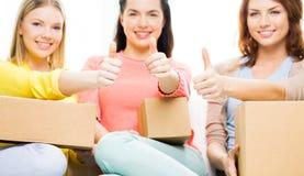 Ciérrese para arriba de adolescentes con la caja de cartón Foto de archivo libre de regalías