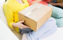 Ciérrese para arriba de adolescentes con la caja de cartón Foto de archivo