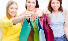Ciérrese para arriba de adolescentes felices con los panieres Imágenes de archivo libres de regalías