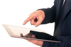 Ciérrese para arriba de adulto joven usando la tableta digital Imágenes de archivo libres de regalías