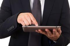 Ciérrese para arriba de adulto joven usando la tableta digital Fotografía de archivo libre de regalías