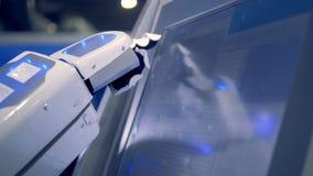 Ciérrese para arriba de ajustes cambiantes de la mano biónica del ` s del robot en una pantalla táctil almacen de metraje de vídeo