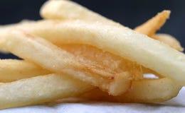 Ciérrese para arriba de algunas patatas fritas Foto de archivo