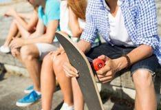 Ciérrese para arriba de amigos con longboard en la calle Imagen de archivo