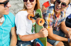 Ciérrese para arriba de amigos felices con longboard en la calle Fotografía de archivo