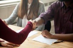Ciérrese para arriba de apretón de manos multirracial en la entrevista de trabajo imagen de archivo libre de regalías
