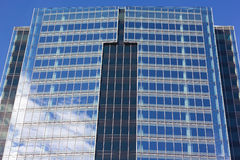 Ciérrese para arriba de arquitectura simétrica del rascacielos moderno Imágenes de archivo libres de regalías