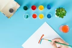 Ci?rrese para arriba de artista con la paleta y del cepillo todav?a que pinta vida en el papel en la pintura de la mano del estud fotos de archivo