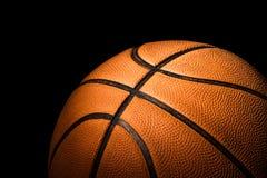 Ciérrese para arriba de baloncesto en oscuridad Foto de archivo