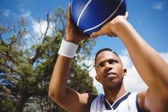 Ciérrese para arriba de baloncesto practicante del adolescente masculino Foto de archivo