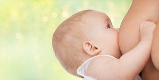 Ciérrese para arriba de bebé de amamantamiento Imagen de archivo libre de regalías
