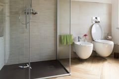 Ciérrese para arriba de bidé y del wc en el cuarto de baño imagenes de archivo