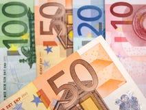 Ciérrese para arriba de billetes de banco euro con 50 euros en foco Imagen de archivo libre de regalías