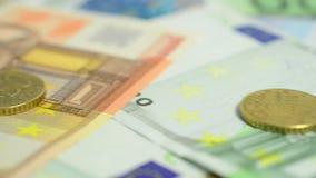 Ciérrese para arriba de billetes de banco y de monedas de los euros almacen de video