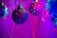Ciérrese para arriba de bolas púrpuras como decoración en el árbol de navidad Imagen de archivo libre de regalías