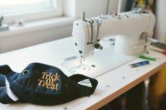 Ciérrese para arriba de bolso de la máquina de coser y de la cintura en la tabla del ` s del sastre Imagenes de archivo