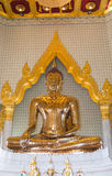 ciérrese para arriba de Buda de oro en traimit del wat del templo en Tailandia Imagenes de archivo