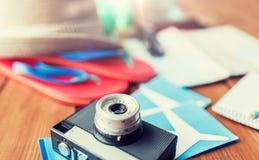 Ciérrese para arriba de cámara, de boletos y de materia del viaje Imágenes de archivo libres de regalías