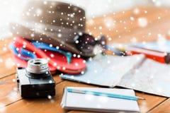Ciérrese para arriba de cámara, del cuaderno y de la materia del viaje Imagen de archivo libre de regalías