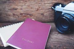 Ciérrese para arriba de cámara de la película del pasaporte y del vintage en TA de madera rústica Imágenes de archivo libres de regalías