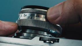 Ciérrese para arriba de cámara retra de la foto Tacto de la superficie de metal almacen de metraje de vídeo
