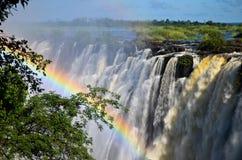 Ciérrese para arriba de caída del agua con el arco iris Foto de archivo libre de regalías