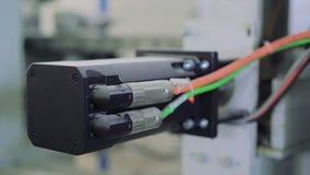 Ciérrese para arriba de cables y del conector en la fábrica de la ventana 4K almacen de video
