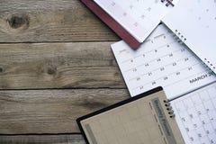 Ciérrese para arriba de calendarios en la tabla para el planificador Fotos de archivo libres de regalías