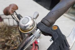 Ciérrese para arriba de campana manual en los manillares de un viejo bicycl oxidado Fotografía de archivo