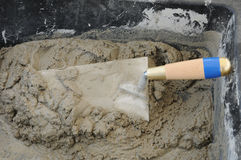Ciérrese para arriba de canal, del cemento y de la paleta del mortero Fotos de archivo