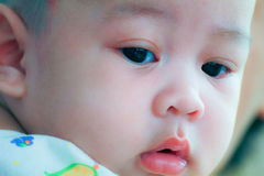 Ciérrese para arriba de cara inocente del bebé joven fotos de archivo