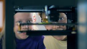 Ciérrese para arriba de caras del ` de los niños a través de un mecanismo del laboratorio durante un experimento metrajes