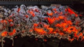 Ciérrese para arriba de carbones candentes en parrilla de la barbacoa Foto de archivo libre de regalías