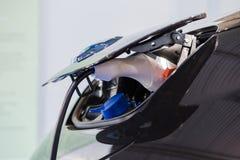 Ciérrese para arriba de cargador eléctrico del coche híbrido imagen de archivo