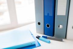 Ciérrese para arriba de carpetas y de ficheros de anillo en la tabla de la oficina Fotografía de archivo libre de regalías